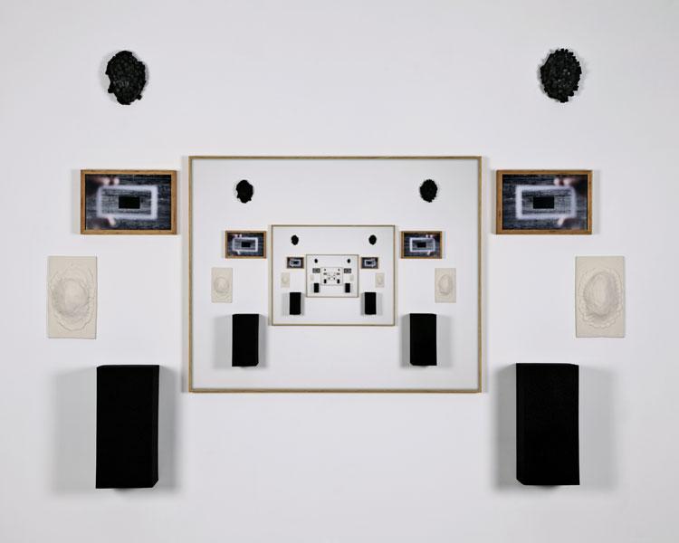 Wall. 2013. Instalación / Fotografías y objetos. 134 x 149 cm.