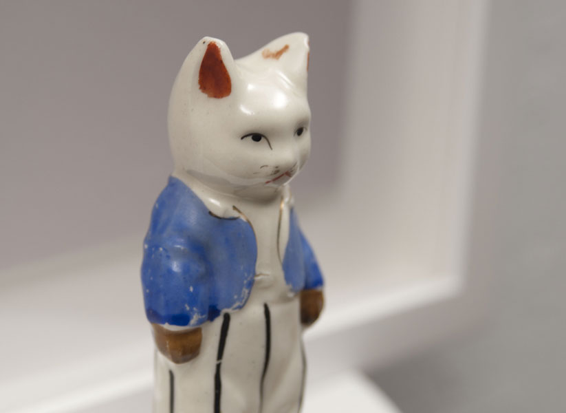 LP436 - Reconstruction cat with blue vest.  2015. Detalle 1. Baja