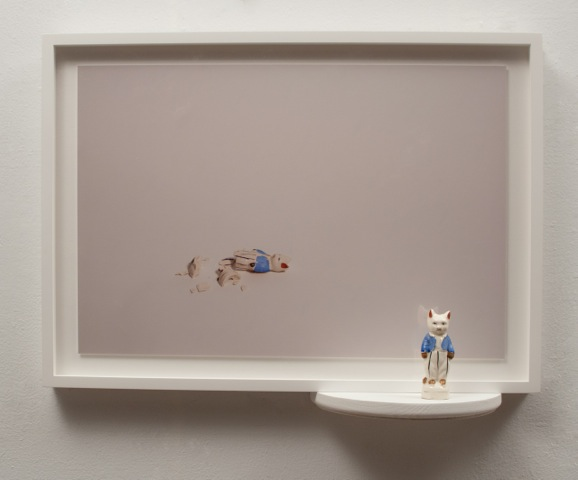 Liliana Porter .- Reconstruction cat with blue vest.  2015. Tecnica Mixta. 41,30 x 54,61 x 12,70 cm.