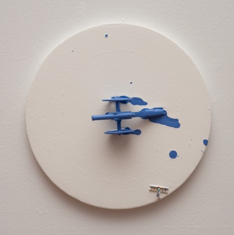 Liliana porter - To paint blue. 2015. Acrílico y figura sobre lienzo. 25,4 cm diametro.
