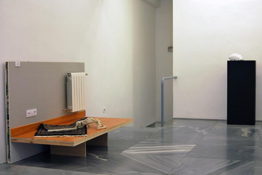 Bene Bergado .- Casa de Fieras (serie Hábitats Naturales). Pladur, madera, poliuretano y objetos, 203 x 120 x 82 cms, 2010