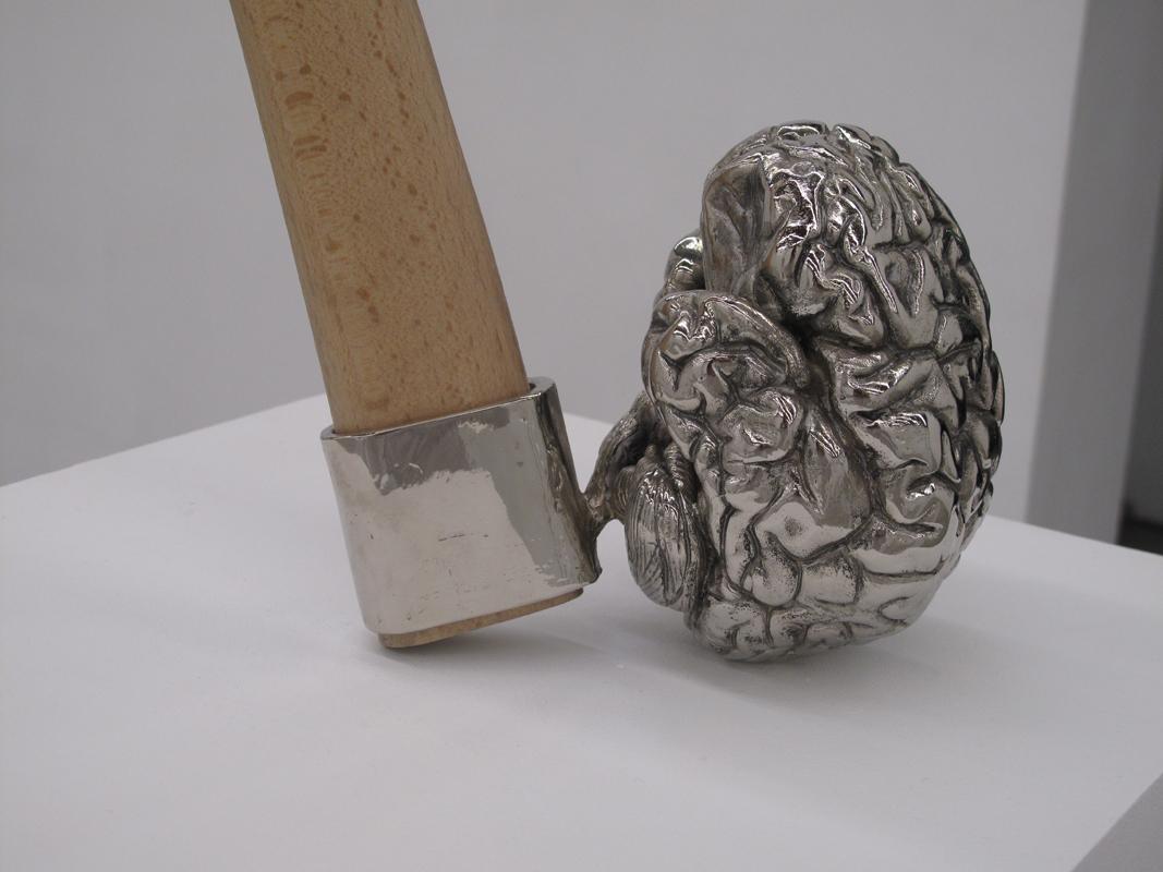Detalle Juan Luis Moraza - Toolbrain. 2010. Bronce niquelado. 82 x 17 x 17 cm.  MEDIA
