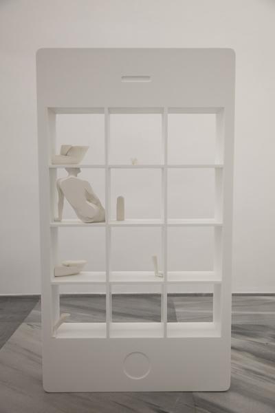 Manu Arregui .- Dating App. 2017. Escultura de krion e impresión 3D de compuesto cerámico. 125 x 70 x 15 cm. Único.