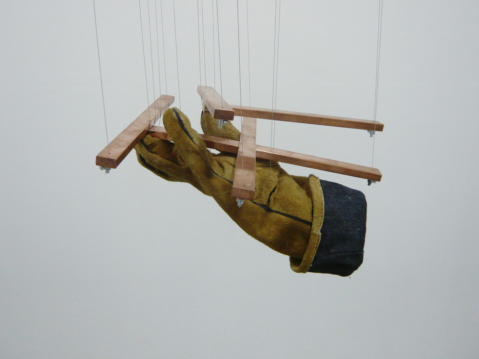 Juan Luis Moraza - Servomechanism Puppet (Will you?). 2017. Bronce, plomo, cable y poleas de acero, guante de cuero / Bronze, lead, cable and steel pulleys, leather glove. 30 x 30 x 30 cm.