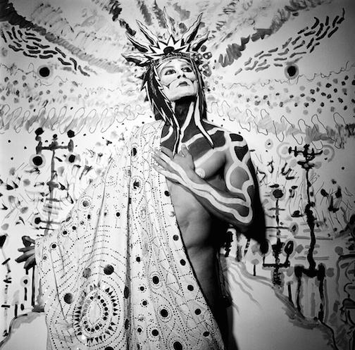 Steven Arnold - Untitled (white crown). c. 1985, stamped 2017. Gelatina de plata. 20' x 16'. Ed. de 12.