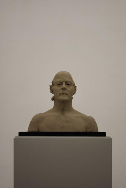 Jan Fabre .- Hommage Aan Jacques Mesrine (Buste) (II) Cera, metal y granito, 50 x 60 x 50 cms, 2008