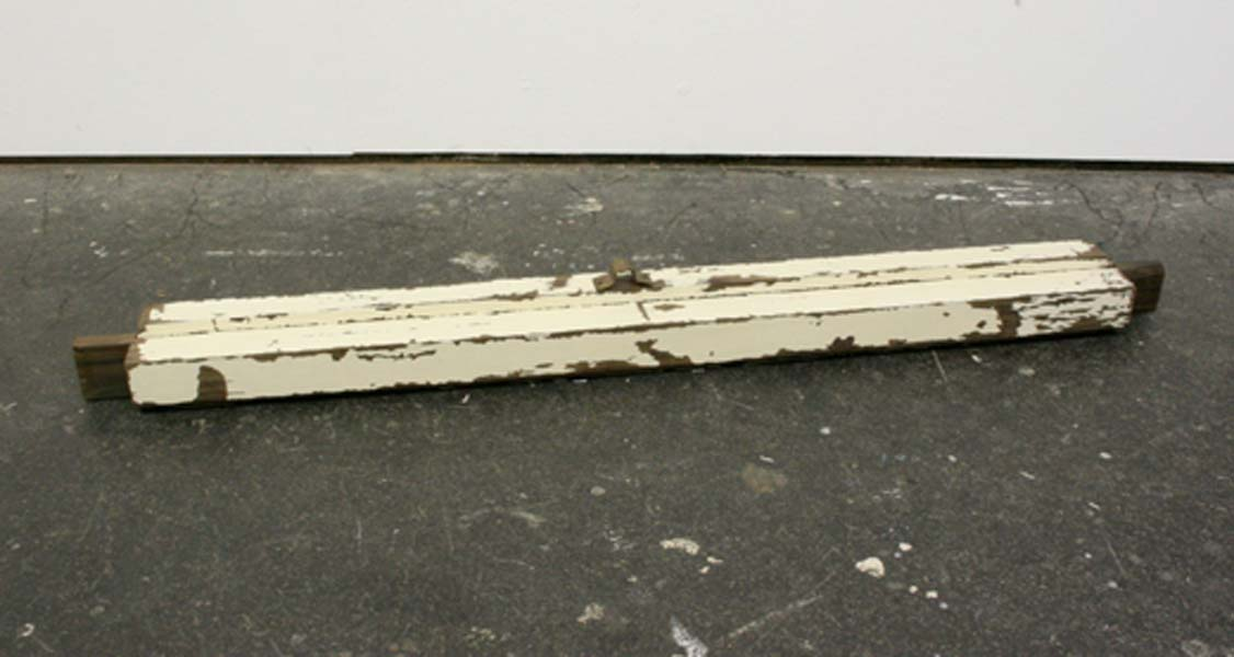 Susan Collis .- All the little dead dogs. Palo de rosa indio, acebo blanco, bronce, cuarzo ahumado y diamantes negros, 106 x 10 x 10 cms, 2009