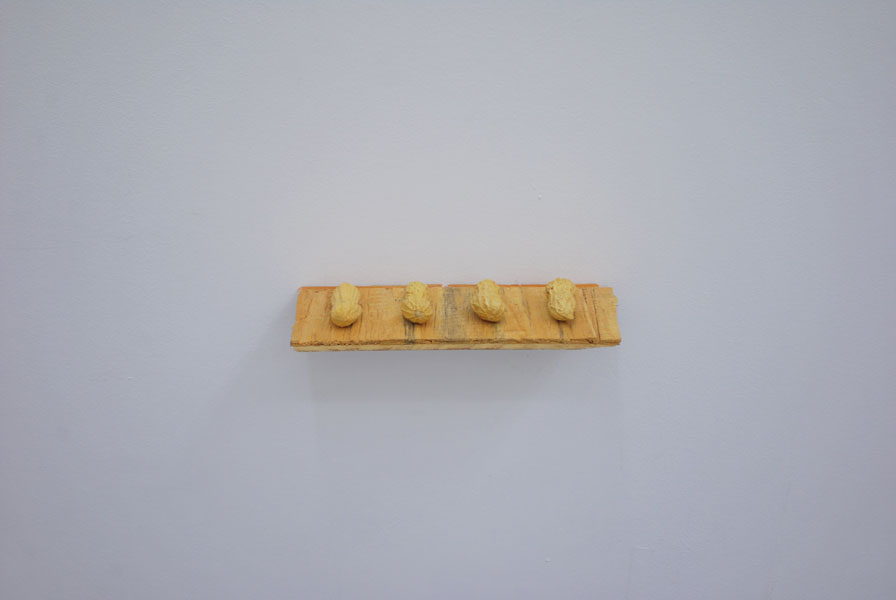 Olivier Babin y Harold Ancart .- It Is What It is.  Peanut shaped eraser and 4 peanuts, variables, Ed. 5, 2010