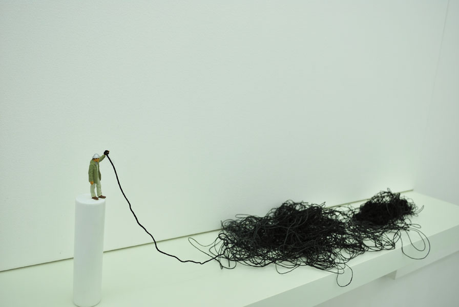 Liliana Porter .- Situations with Levitating Rabbit (detalle)
